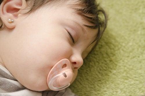 Einem Baby oder Kleinkind Ohrlöcher stechen lassen bereitet unnötige Schmerzen.