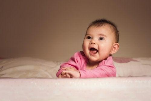 Einem Baby oder Kleinkind Ohrlöcher stechen lassen kann zu Infektionen führen.