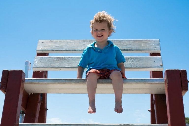 Eltern, die Kinder barfuß laufen lassen, fördern starke Füße