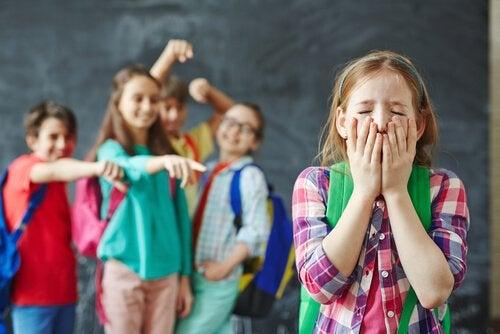 Befähige dein Kind sich gegen Hänselei zu wehren!