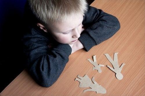 Ein Kind von Scheidung, welches ohne gemeinsames Sorgerecht aufwachsen musst.