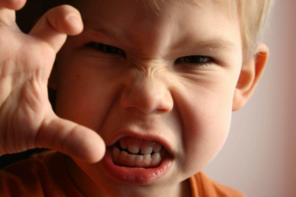 Wütendes Kind mit Kinderfrustration.