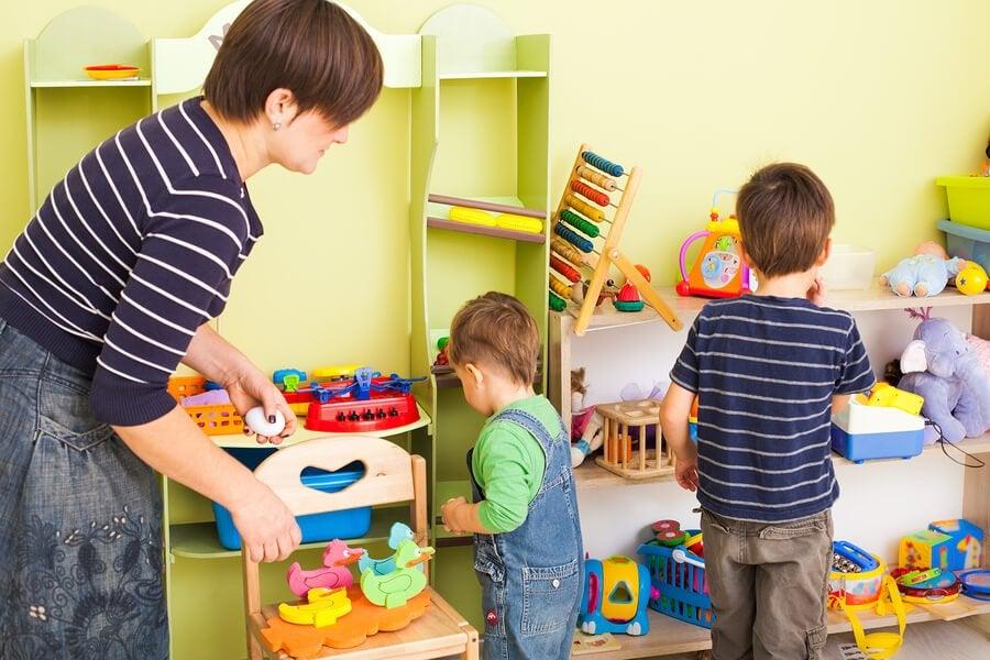 Kindern das Aufräumen beibringen: 10 Tipps