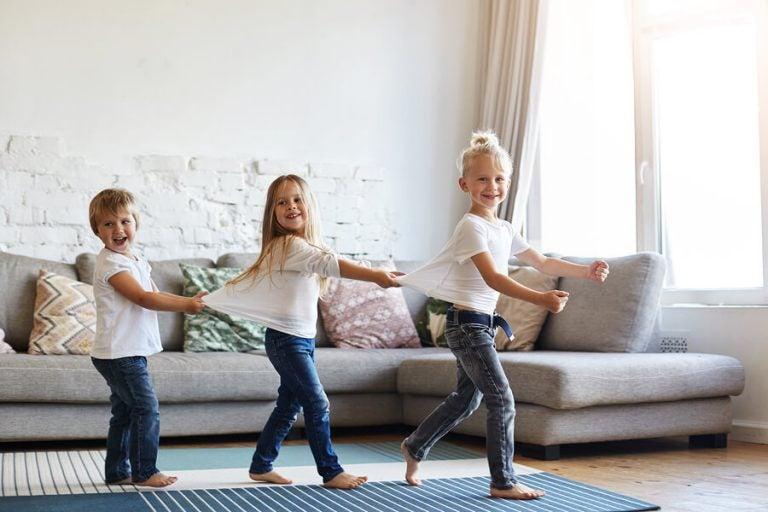 Ist es gut, Kinder barfuß laufen zu lassen?