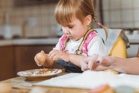 Soll ich mein Kind mit Essen spielen lassen?
