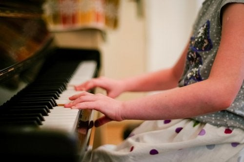 Musikinstrumente von kleinauf lernen.