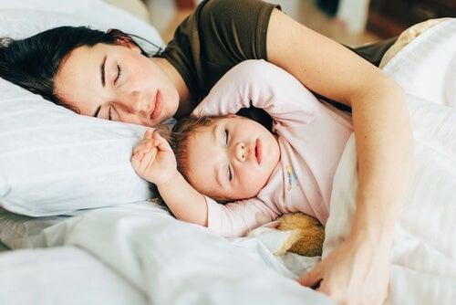 Mutter und Tochter beim Co-Sleeping