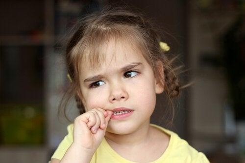 Nägelkauen bei Kindern – musst du dich sorgen?