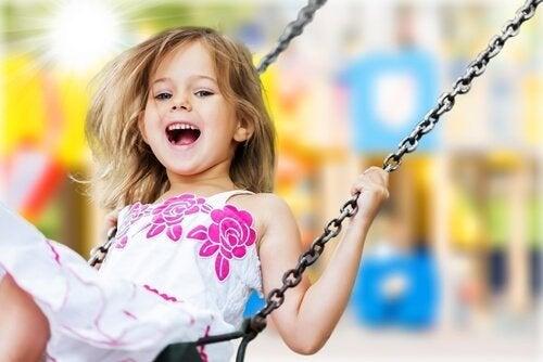 Seltene Mädchennamen sind toll: Ein fröhliches Kind schaukelt.