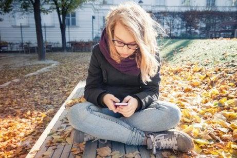 Teenager und ihre Privatsphäre beachten.