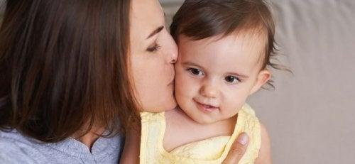 Kinder können sich verlassen fühlen, wenn Eltern heimlich aus dem Haus gehen ohne sich zu verabschieden.