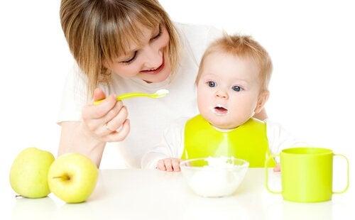 Verstopfungen bei Babys sollten auch durch die Ernährung gelindert werden.