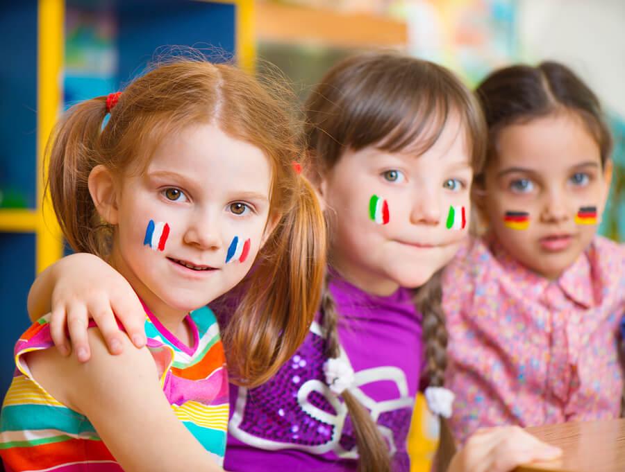 Multi-Kulti Freundschaften sind wichtig für zweisprachiges Erziehen. So wird das Kind spielerisch die Zweitsprache lernen.
