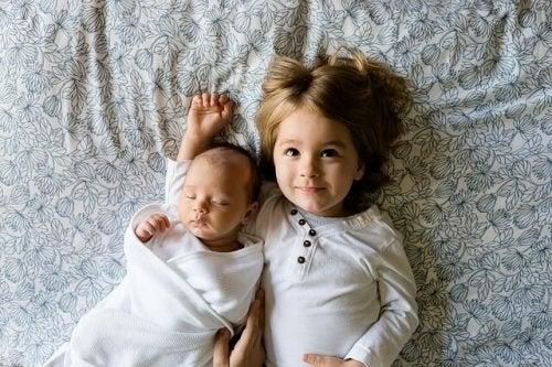 Dem älteren Geschwisterkind wird auf aufgetragen, auf das Baby aufzupassen. Dabei darf seine Spielzeit aber nicht zu kurz kommen.