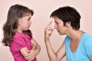 Ohne Drohungen erziehen Tochter und Mutter