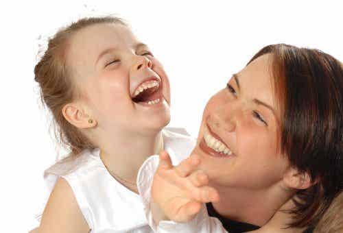 Kindern helfen, einen Sinn für Humor zu entwickeln