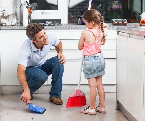 Beim Saubermachen helfen ist eine der guten Verhaltensregeln in jeder Familie. Kleine Kinder können durchaus schon Aufgaben im Haushalt übernehmen.