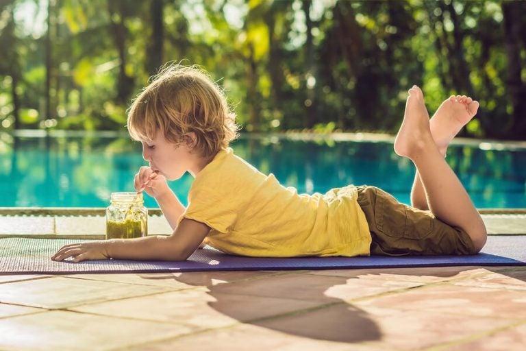 Kind liebt vitaminreiche Säfte