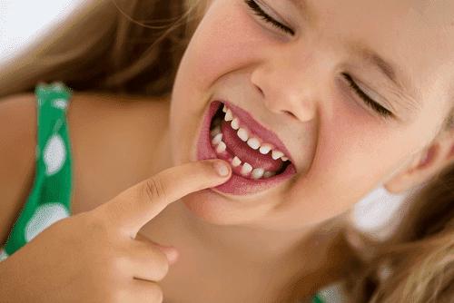 Der Zahnwechsel bei Kindern dauert etwa 3 Jahre.