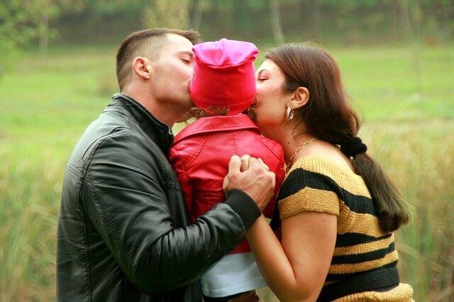 Eltern verwöhnen ihr Kind.
