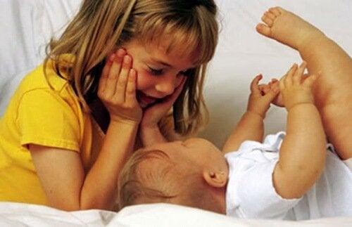 Eifersucht bei Erstgeborenen und der Umgang mit Geschwistern