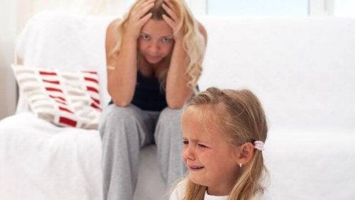 Kind weint und Mutter ist verzweifelt