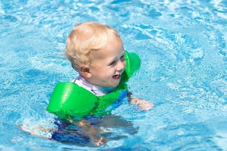 Pool mit Baby - diese 11 Dinge solltest du dabei haben!