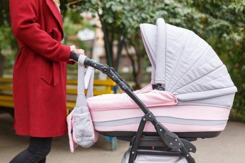 Wenn man mit Neugeborenen an die frische Luft geht, muss man einige Vorsichtsmaßnahmen beachten.