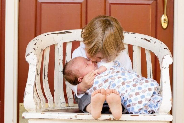 Kind hält Geschwisterchen