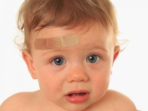Was zu tun ist, wenn sich dein Kind den Kopf angeschlagen hat