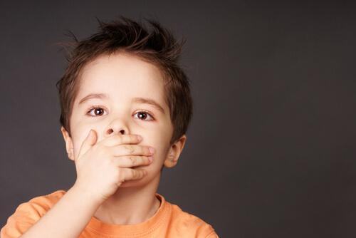 Aphthen bei Kindern sollten mit verschriebenen Medikamenten behandelt werden.