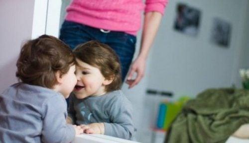 Baby vor dem Spiegel zu spielen - Baby_vor_dem_Spiegel_zu_spielen-2