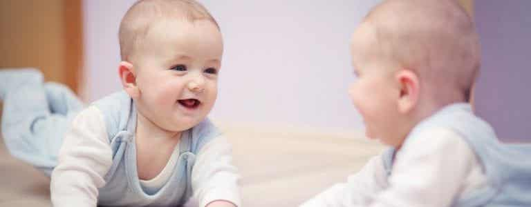 Mit deinem Baby vor dem Spiegel spielen hat viele Vorteile!