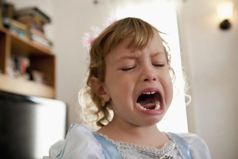 Wenn dein Kind viel Aufmerksamkeit verlangt: Mädchen schreit
