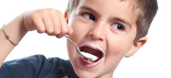 Kind isst Probiotika
