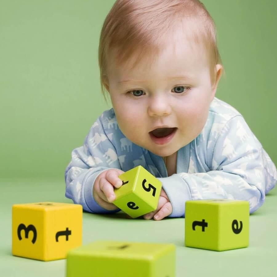 Kind lernt alleine zu spielen