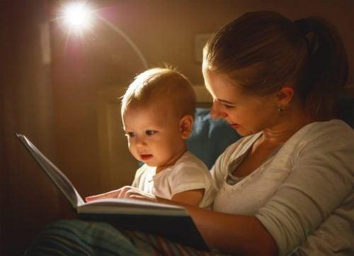 Baby und Mutter lesen