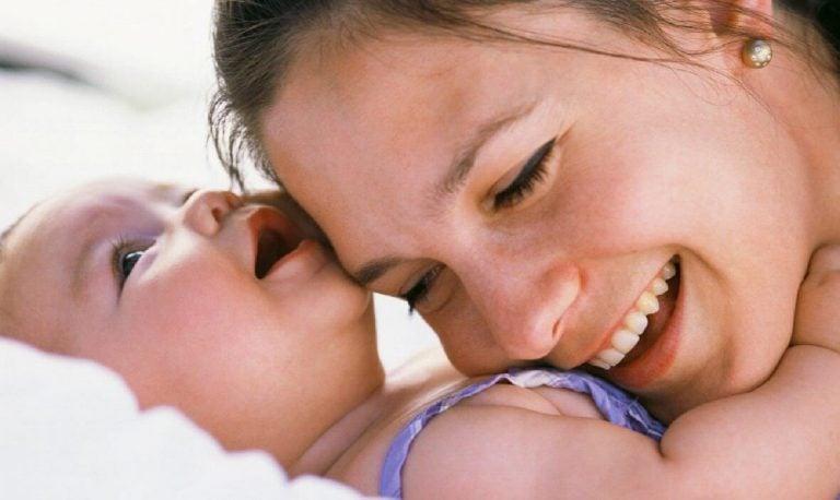 Die Stimme der Mutter aktiviert das Gehirn des Kindes: Mutter mit Baby
