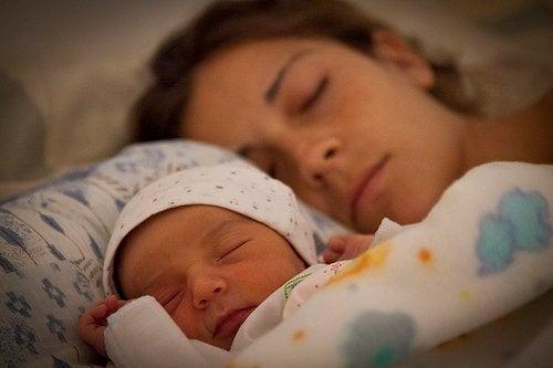 Mütter brauchen mehr Schlaf