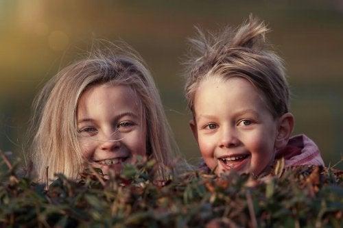 Gleichalrige Cousins können miteinander spielen, während sich die Erwachenen unterhalten