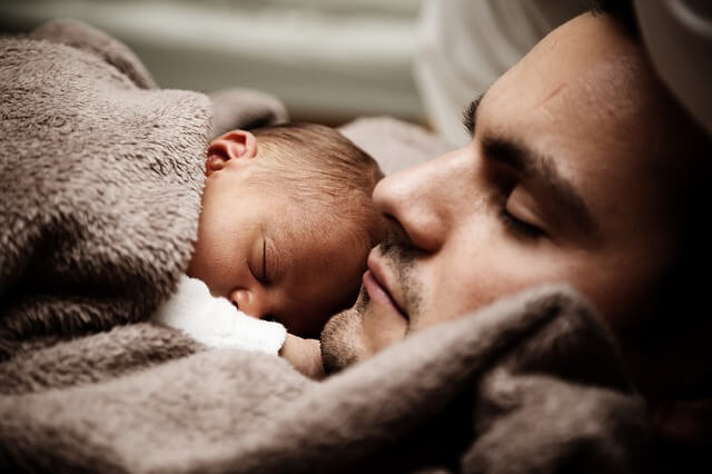 die Känguru-Methode ist gut für das Gehirn der Babys