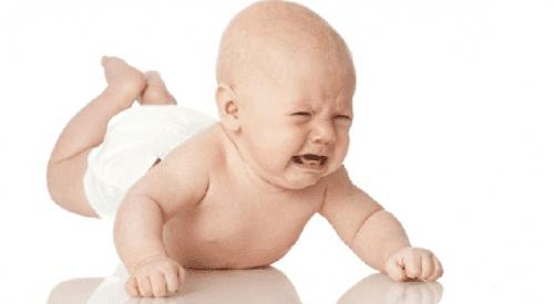 eine Massage gegen Verstopfung bei Babys kann gegen ihr Unwohlsein helfen