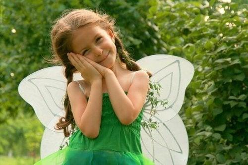 Mädchen spielt Prinzessin
