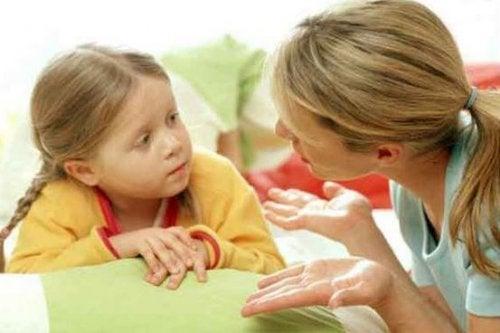 Mutter und Tochter sprechen über Disziplin in der Erziehung