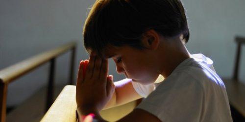Kind betet zu Gott