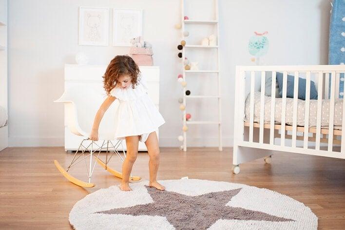 Mädchen spielt in Kinderzimmer