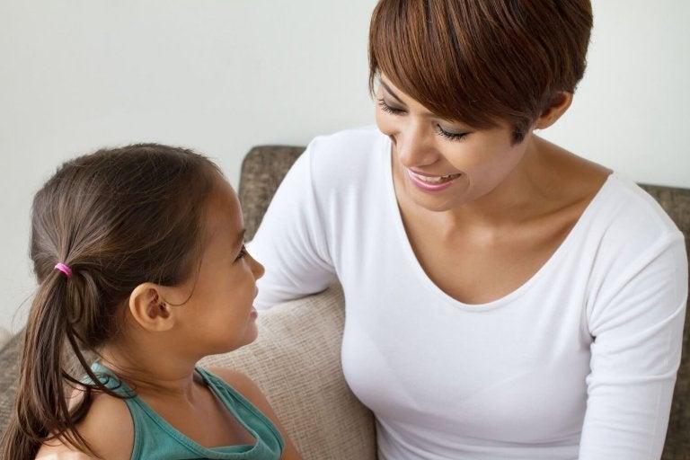 Übungen bei Sprachentwicklungsstörungen: Mutter mit Tochter