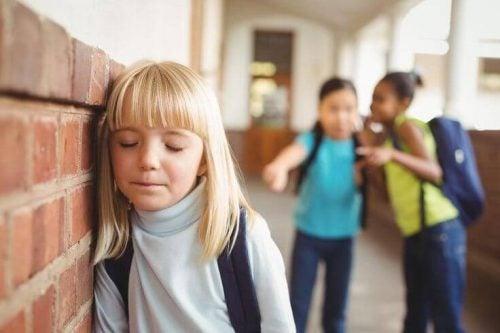 Mädchen leidet unter Sticheleien von Mitschülerinnen