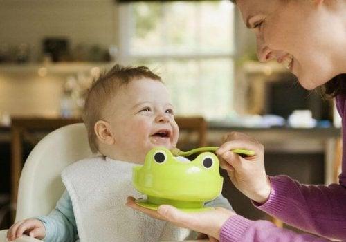 Mutter füttert Baby