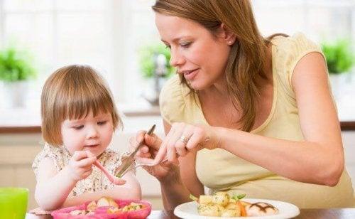 Mutter gibt Tochter feste Nahrung
